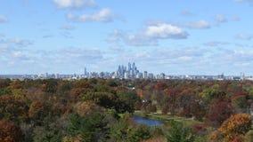 Autumn Time Lapse av Philadelphia horisont med moln och väder lager videofilmer