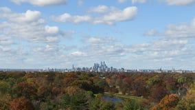 Autumn Time Lapse da skyline de Philadelphfia com nuvens e tempo vídeos de arquivo