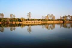 Autumn Trees Reflecting en rivière tranquille image stock
