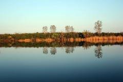 Autumn Trees Reflecting en rivière tranquille image libre de droits