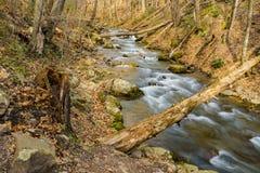 Autumn View d'hurler la crique courue dans Ridge Mountains bleu photo stock