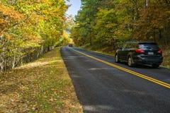 Autumn View des véhicules Traviling sur Ridge Parkway Roadway bleu, la Virginie, Etats-Unis - 2 photos libres de droits