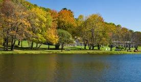Autumn View dos picos do alojamento da lontra imagem de stock royalty free