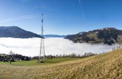 Autumn View Panorama Radenthein Mitterberg con nebbia nella valle Fotografia Stock Libera da Diritti