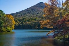 Autumn View van Scherp Hoogste Berg en Abbott-Meer stock fotografie
