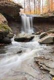 Autumn Waterfall avec des roches coulant dans la gorge images libres de droits