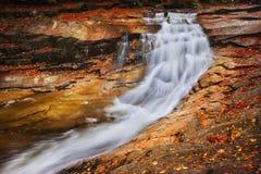 Autumn Waterfall en el río de Mumlava Fotografía de archivo