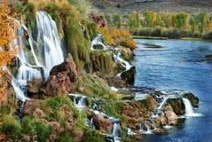 Autumn Waterfall med orange sidor Royaltyfri Fotografi