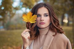 Autumn Woman com Autumn Leaves Fotografia de Stock