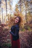Autumn Woman com um ramalhete da samambaia amarela na floresta no tempo de queda do mês de outubro fotos de stock royalty free