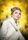 Autumn Woman. Composição e penteado criativos bonitos no tiro exterior. O modelo de forma Girl da beleza com outonal compõe e cabe Imagens de Stock