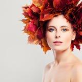 Autumn Woman con le foglie di caduta Immagine Stock