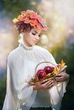 Autumn Woman. Estilo creativo hermoso del maquillaje y de pelo en lanzamiento al aire libre. El modelo de moda de la belleza Girl  Imagenes de archivo