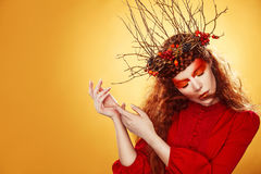 Autumn Woman Fashion Art Portrait Pelo rizado Caída Muchacha hermosa Imagenes de archivo
