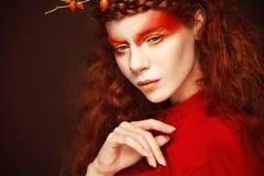 Autumn Woman Fashion Art Portrait Pelo rizado Caída Muchacha hermosa Fotos de archivo