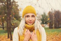 Autumn Woman Fashion Model sveglio con la sciarpa gialla Immagine Stock Libera da Diritti