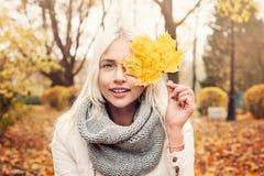Autumn Woman Fashion Model sveglio con la sciarpa gialla Fotografia Stock