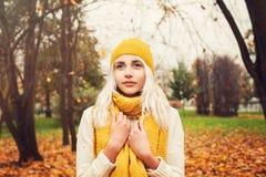 Autumn Woman grazioso con la sciarpa gialla del cotone Immagine Stock