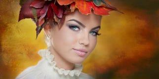 Autumn Woman. Härlig idérik makeup- och hårstil i utomhus- fors. Skönhetmodemodell Girl med höstligt smink och hår Arkivbilder