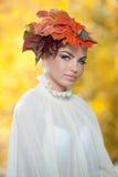 Autumn Woman. Härlig idérik makeup- och hårstil i utomhus- fors. Skönhetmodemodell Girl med höstligt smink och hår Royaltyfri Bild