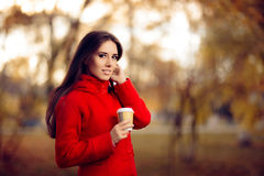 Autumn Woman Holding Coffee Cup afuera en naturaleza Fotos de archivo