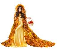 Autumn Woman i nedgång lämnar äpplen, modellen Girl Fashion Yellow Dres royaltyfria bilder