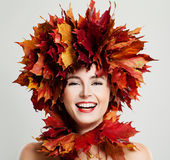 Autumn Woman Laughing De Bladerenkroon van de dalingsesdoorn royalty-vrije stock foto