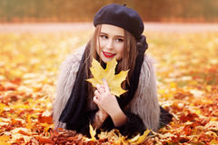 Autumn Woman Lying su Autumn Leaves nel parco Fotografie Stock