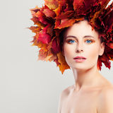 Autumn Woman met Dalingsbladeren Stock Afbeelding