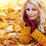 Autumn Woman mit Ahornblättern Blondes schönes Mädchen im Fall Lizenzfreies Stockfoto