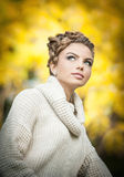 Autumn Woman. Mooie creatieve make-up en haarstijl in openluchtspruit. De schoonheidsmannequin Girl met Herfst maakt omhoog en Haa Stock Afbeeldingen