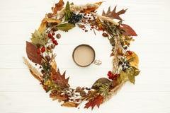 Autumn Wreath Flat Lay Il caffè nella caduta lascia il cerchio con berrie fotografia stock