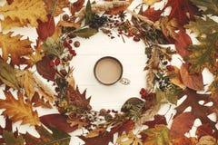 Autumn Wreath Flat Lay Il caffè nella caduta lascia il cerchio con berrie immagini stock