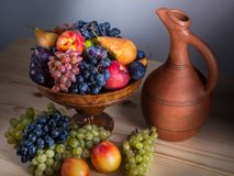 Autumnal fruit still life with Georgian jug on rustic wooden tab. Le background Stock Photography