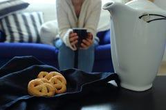 Autunno accogliente Scena del biscotto e del tè immagini stock libere da diritti