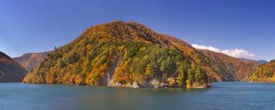 Autunno ad Azusa Lake nelle alpi giapponesi Immagini Stock