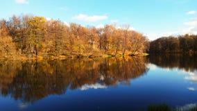 autunno Arancio-blu sull'acqua fotografia stock libera da diritti