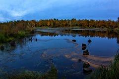 Autunno artico magico nel Nord lontano russo con il lago e l'ancoraggio distrutto immagini stock libere da diritti