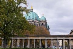 Autunno a Berlino, Germania, Berlin Cathedral, più solenne nella pioggia, fotografia stock