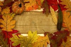 Autunno, caduta, fondo, foglie, striscia della tela da imballaggio e zucca Fotografie Stock