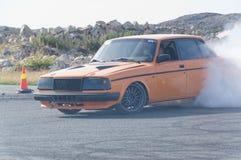Autunno che corre automobile modificata che va alla deriva in Norvegia Fotografia Stock