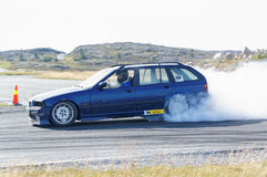 Autunno che corre automobile modificata che va alla deriva in Norvegia Immagine Stock