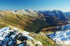 Autunno in Comelico, la valle di Digon dalla sommità del passo Qua fotografia stock libera da diritti