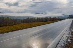 Autunno dell'asfalto del cielo delle montagne della strada Immagini Stock Libere da Diritti
