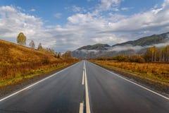 Autunno dell'asfalto del cielo delle montagne della strada Fotografia Stock