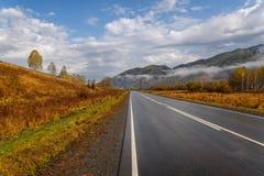 Autunno dell'asfalto del cielo delle montagne della strada Immagine Stock