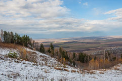 Autunno della neve dei campi dei villaggi della foresta di vista aerea Fotografia Stock