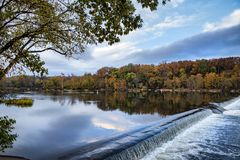 Autunno di colore di acqua sul fiume sopra la diga Immagine Stock Libera da Diritti