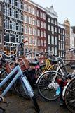 Autunno di parcheggio della bicicletta Il parcheggio della bicicletta è stile di vita urbano di Amsterdam immagine stock libera da diritti