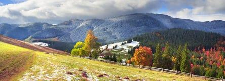 Autunno ed inverno nelle montagne Immagine Stock